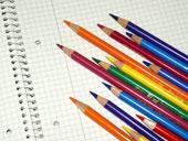 Stifte auf einem Block (c) Stephanie Hofschlaeger, www.pixelio.de
