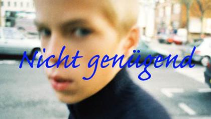 Junge schaut ängstlich. Nicht genügend Schriftzug. (getty images)