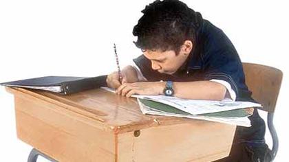 Bub lernt am Schreibtisch. (Photo Objekts)