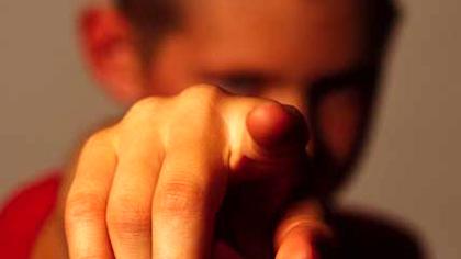 Mit dem Finger auf jemanden zeigen. (Ingram)